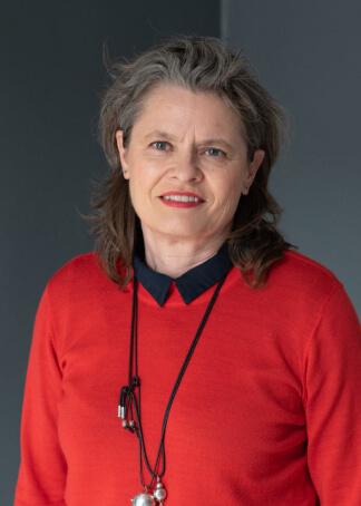 portræt af kvinde i rød trøje